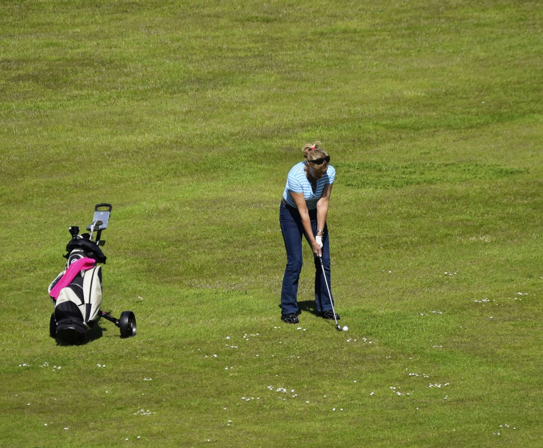 Woman playing golf | golf vacations Ireland